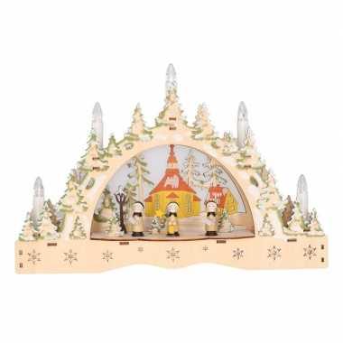 Feest kaarsenbrug met kerk voor vensterbank