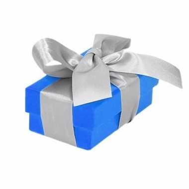 Kerst cadeautje blauw met zilveren strik 8 cm