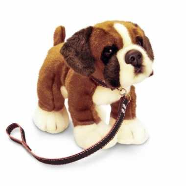 Feest knuffel hond boxer aangelijnd