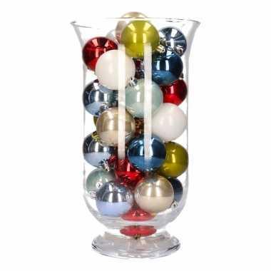 Feest woondecoratie gekleurde kerstballen in vaas
