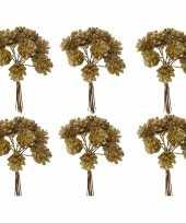 Feest 6x kerststukje instekers bosje van 12 gouden dennenappels op draad