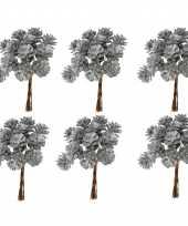 Feest 6x kerststukje instekers bosje van 12 zilveren dennenappels op draad