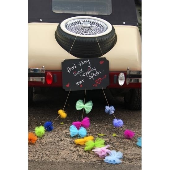 Feest krijtbord met pompoms en strikjes